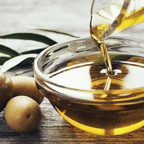 Detall 5 - L'oli d'oliva verge és de qualitat superior i està elaborat amb olives arbequines (les petites, amb més sabor) a una cooperativa de Les Borges Blanques, a prop de Lleida.