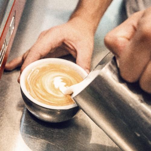 """Detalle 16 - Si no nos dicen lo contrario, hacemos el café con leche con crema, como el """"cappuccino"""" italiano. Espumar la leche no es una moda, sino que cuando está bien hecho, el sabor de la crema de leche que se forma tiene un sabor más dulce y más bueno."""