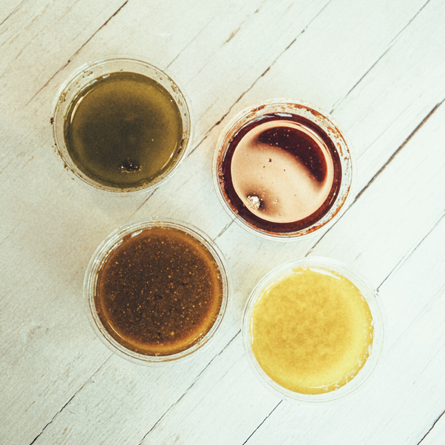 Detall 13 - Disposeu de 4 opcions de vinagretes per combinar amb les vostres amanides: mel&mostassa, pebre vermell, gingebre i menta&llimona. Les fem nosaltres amb oli d'oliva verge i van incloses en el preu de l'amanida.