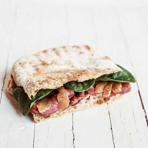 Detall 22 - L'entrepà New Yorker ja és un dels nostres productes més venuts. Porta pastrami, un rostit de vedella que abans de passar pel forn es macera amb espècies i salmorra. És originari d'Hongria, però es va popularitzar i és típic de la ciutat dels gratacels, on el van portar els immigrants jueus.