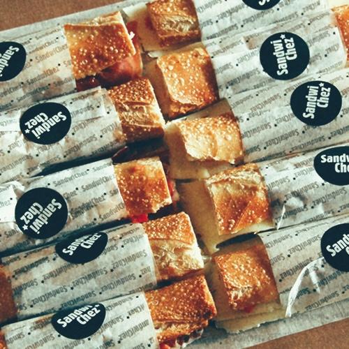 Detall 29 - Estem especialment satisfets amb els nostres flautins de pa amb tomàquet! Utilitzem ingredients de primera qualitat, el punt just de tomàquet ratllat, oli d'oliva de varietat arbequina i flauta estreta de llarga fermentació, amb les seves característiques bombolletes.