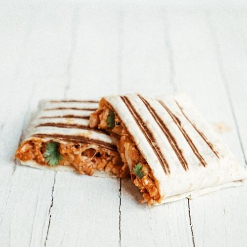 Detall 32 - El nostre entrepà  mexicano    està fet amb pa durum i porta pollastre, formatge gouda, ceba, coriandre (herba fresca aromàtica utilitzada a Mèxic per fer salses i tacos) i chile chipotle (una varietat de chile que es deixa secar i queda fumat).
