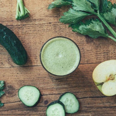 Detall 33 - El Suc Green està fet amb poma, api i cogombre i és ideal per purificar i desintoxicar l'organisme, doncs té un gran poder diürètic que ajuda a eliminar toxines.