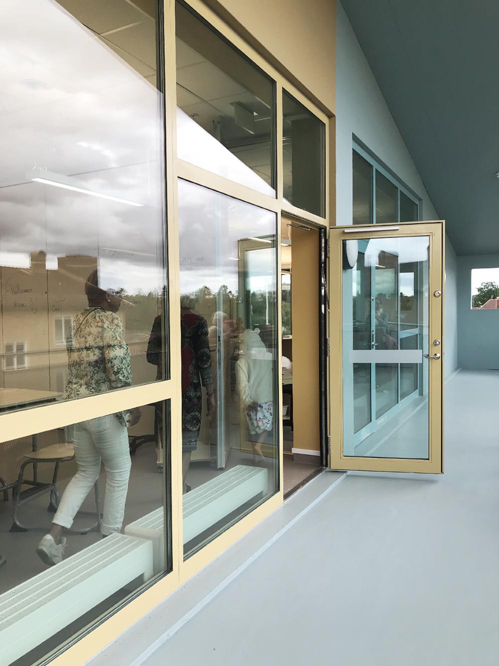 Från skolans lärosalar och förskolanshemrumhar man direkt utgång till balkonger/terrasser på gavlarna