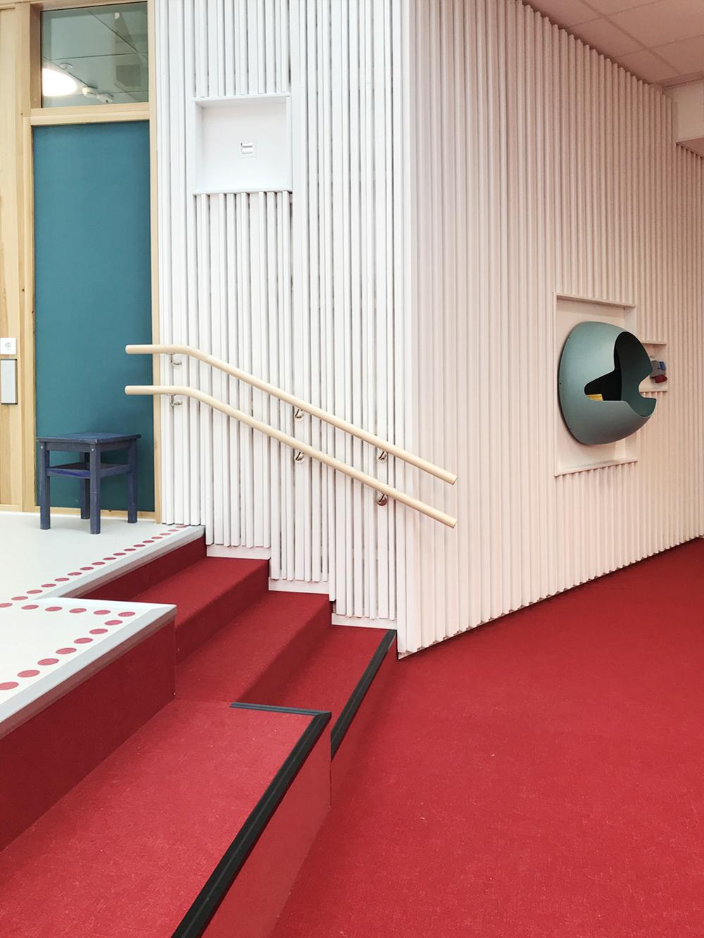 Sittrappa och golvär klädda med mjukt material och på väggarna finns en ljuddämpande akustikpanel.