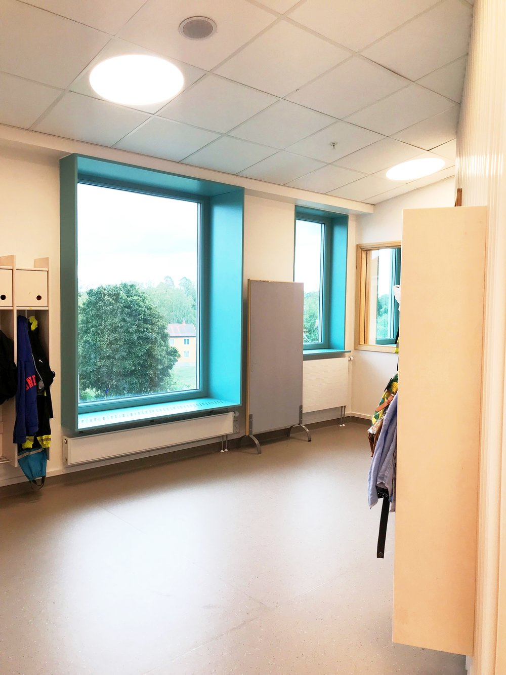 …och har liksom många av skolans andra rum generösa fönsternischer att krypa upp i.