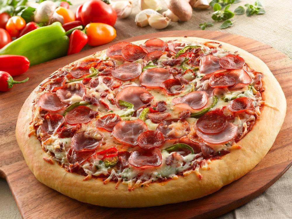 Ham_Pepperoni_Bacon_Pizza.jpg