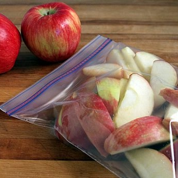DIY SLICED APPLE SNACKS - Purchasing the little packs of apple slices can be expensive and bulky in your fridge. Save money by making your own.Here's how: Cut an apple into slices and soak in the ice bath for 10 minutes. Drain the apple slices and transfer to snack-size resealable baggies.