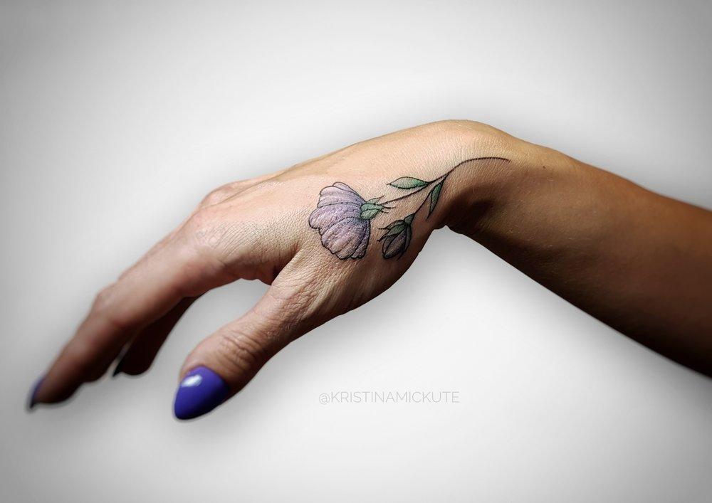 миниатюрная+татуировка+цветок+на+руке,мастер+Кристина+Мицкуте.jpg