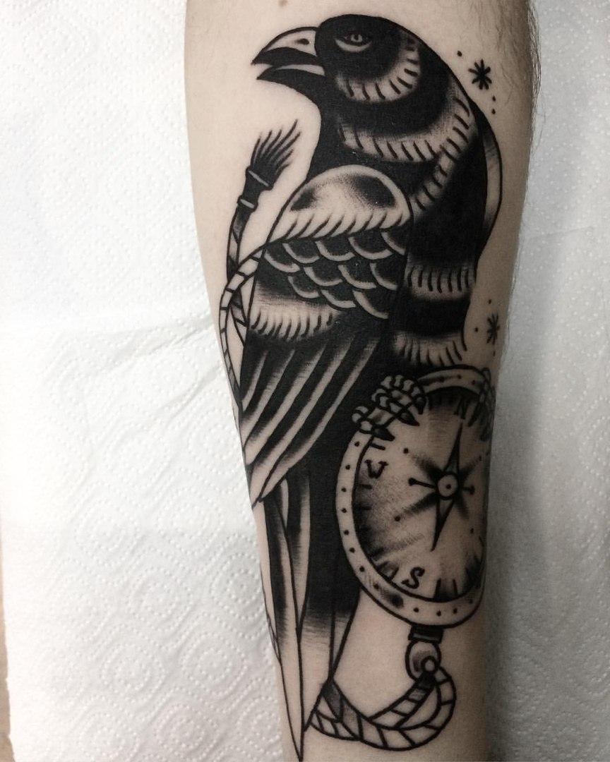 Ворон и часы, традиционная татуировка,мастер Сергей Литвяков.jpg