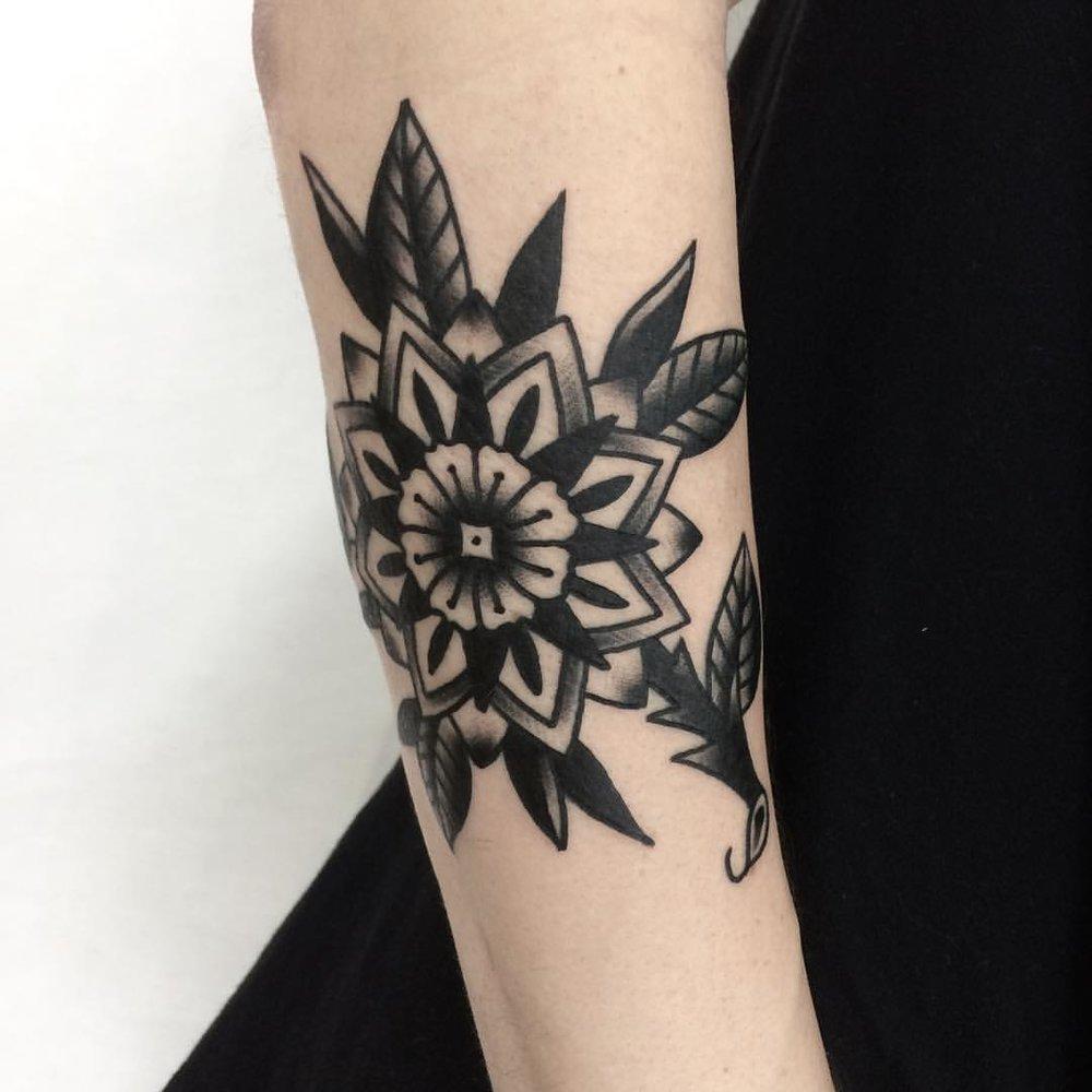 Цветок , традиционная татуировка,мастер Сергей Литвяков.jpg