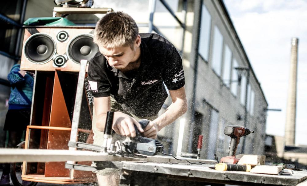 TRÆ & METAL - INSP råder over et veludstyret træ- og metalværksted, som er gratis at benytte på eget ansvar. Vi går ind for upcycling og genbrug, hvorfor vores værktøj ofte bruges til at reparere eller ombygge gamle ting.I værkstedet findes en lang række maskiner og værktøj som alle må bruge, men materialer sørger man selv for.