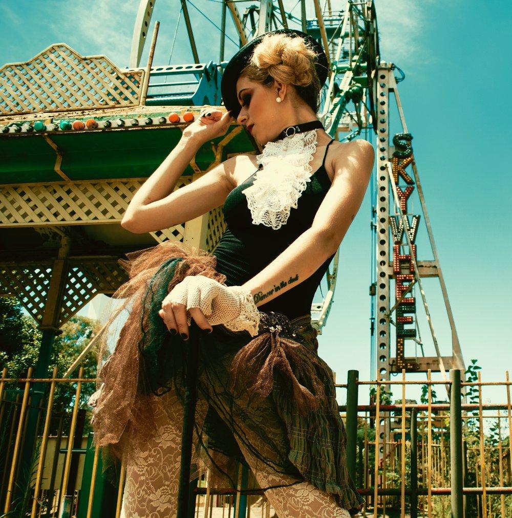 amusement-park-blonde-body-792533.jpg