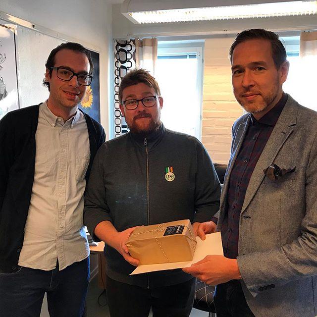 Umeå Universitet, genom Carl Larsson och Daniel Andersson, kom förbi kåridoren idag och gratulerade oss till 60 framgångsrika år.  Tack för gratulationen @umeauniversitet ! Vi ser fram emot ert 60 årsfirande 2025, ynglingar! 😉