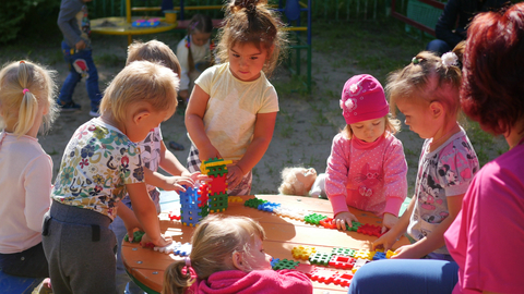 dreamstime_xs_98211566 © Natalya Tyugashova preschoolers playing in sunshine.jpg