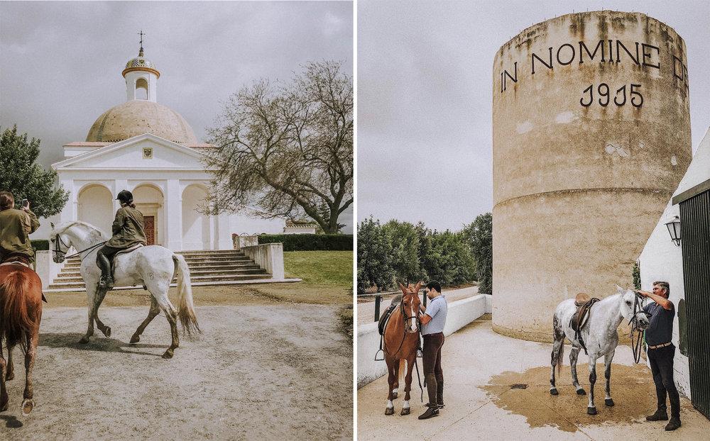 """Til venstre:  Salto al Cielo, der munker fra Karteusordenen startet avlen av de kartusiske hestene, den mest kjente typen andalusier, for mange hesteelskende generasjoner siden. Her fra Team Cavaliers tur til Jerez i mars 2018.  Til høyre:  Hest som religion. Alfonso og lærlingen saler på hester under tårnet med den latinske graveringen """"I Guds Navn 1915"""". Familien er tro til hardt arbeid, hestekrefter, mektige naturopplevelser – og den katolske kirke."""