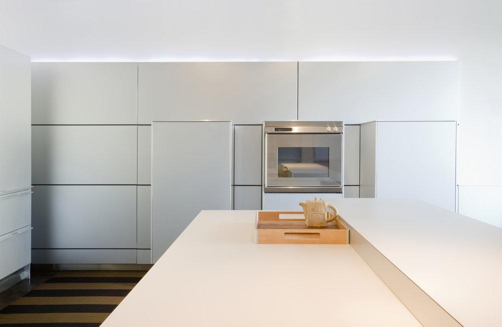 065094969-minimalist-modern-kitchen.jpeg