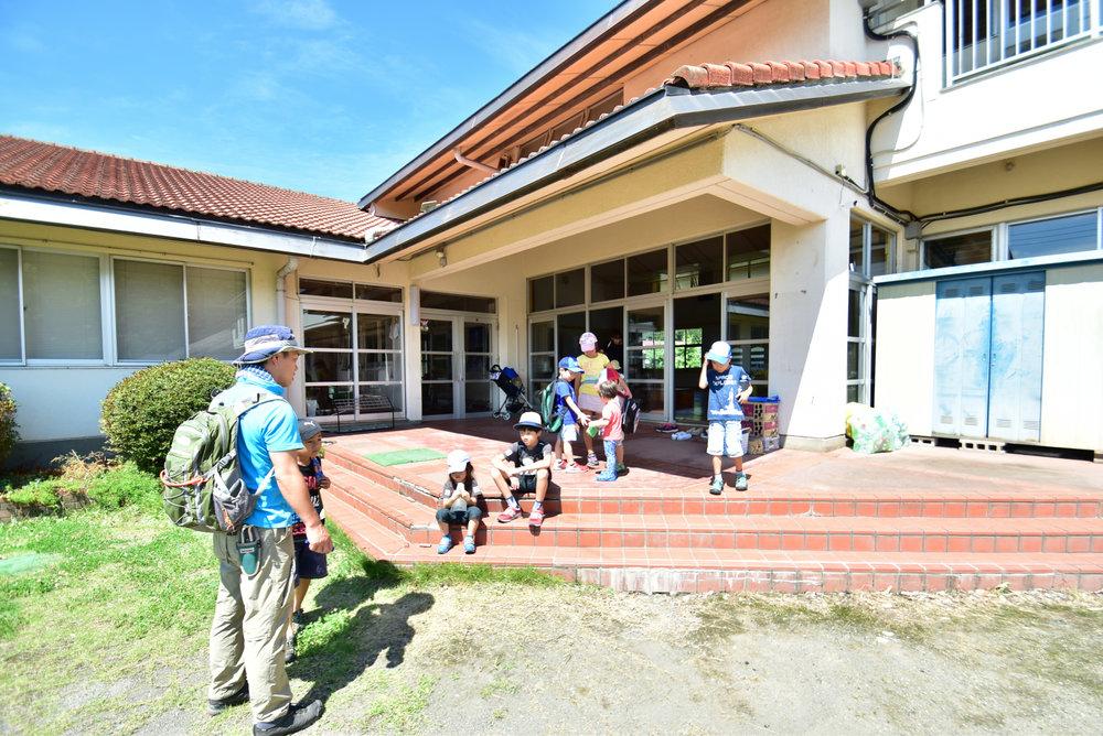 保育スタッフが子どもたちに遊びを提供
