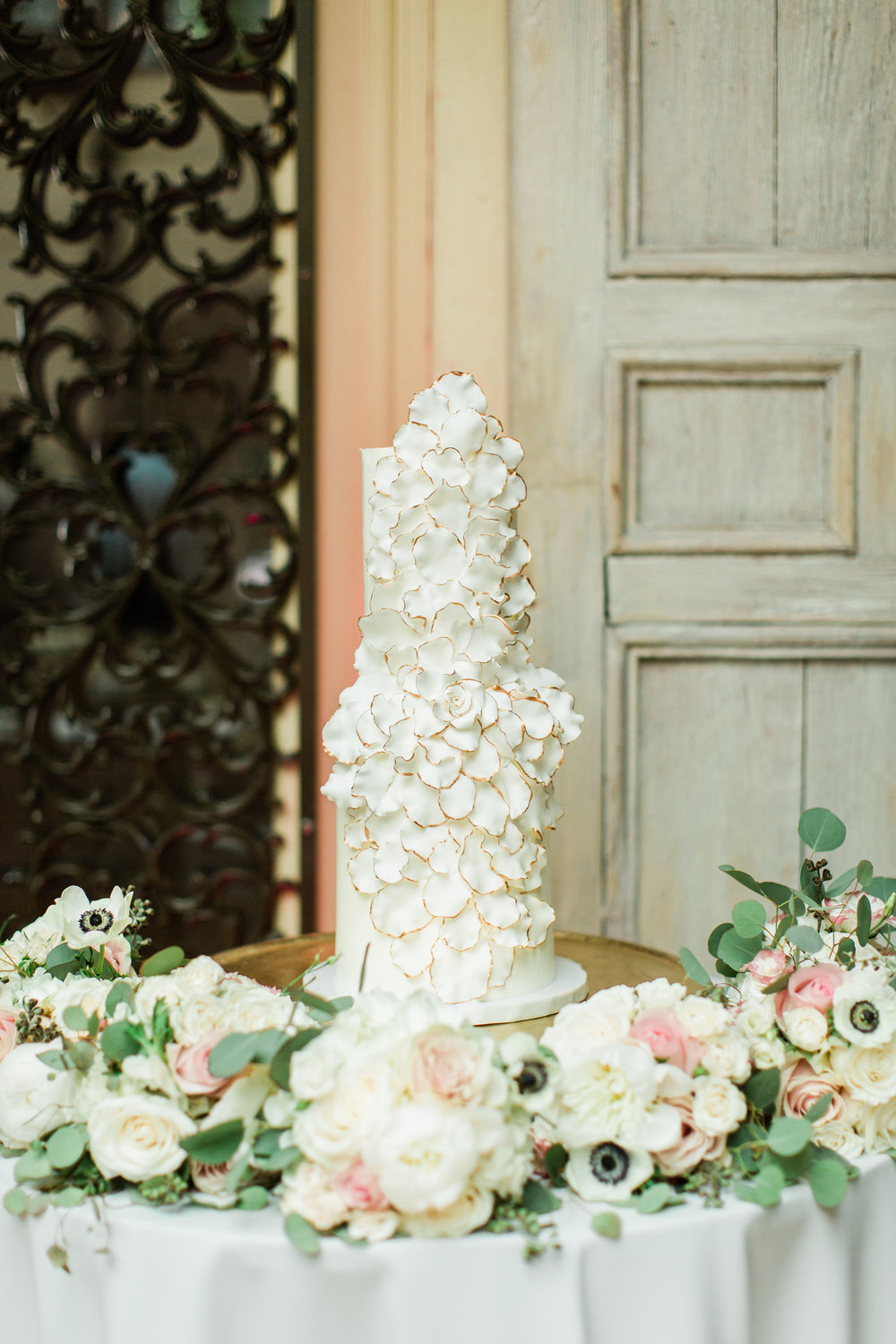 White and Gold Wedding Cake by Sweet Guilt Miami Wedding Planning by Fleeting Elegance