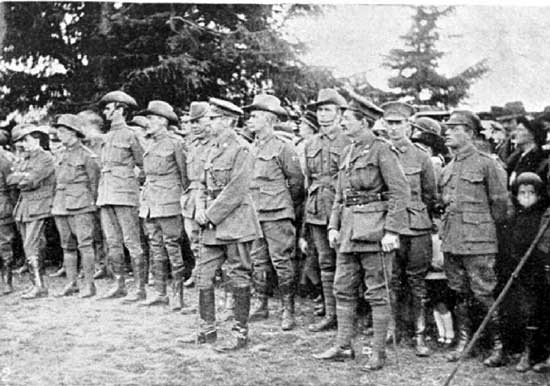 Guard of Honour.  [Weekly Courier 8th August 1918 p22]