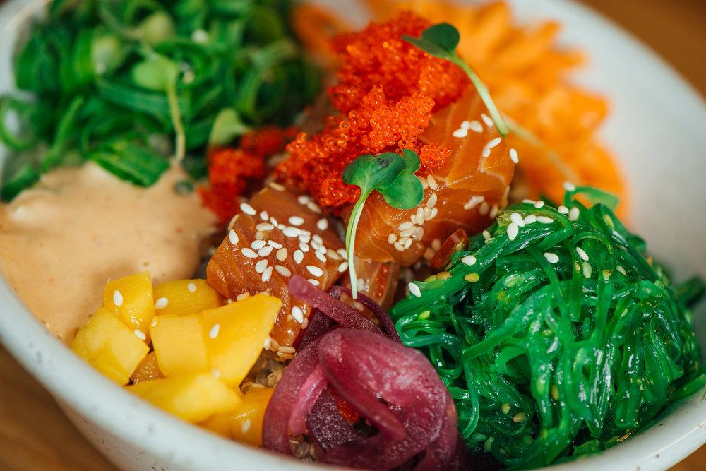 Ukens salat  Vi lager nye variasjoner hver uke. Kanskje er det en quinoa salat, eller salat med kylling og avokado? Vi bruker gjerne ingredienser i salaten som du ikke bruker hjemme, slik at du får en unik opplevelse.