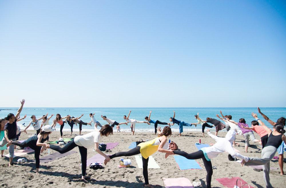 ビーチでは、みんながひとつに初心者や男性、子ども連れも歓迎開催は自然のおもむくままに最後は笑顔で帰ること! - Shonan Beach Yoga's Rule