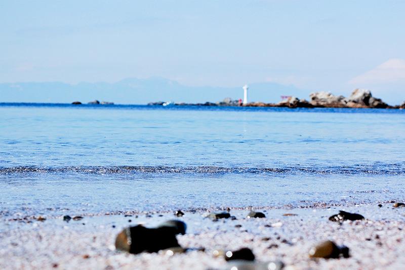 一色海岸   三ヶ岡山と御用邸に囲まれた一色海岸。美しい弓形のビーチで、サンドベージュ色の砂、穏やかな波、美しい水質に恵まれている。静かなプライベートビーチの気分を存分に味わうことができる。CNNが選ぶ世界ベストビーチ65位にも輝いた。  【行き方】 京浜急行 品川、横浜(急行)~金沢八景~新逗子下車 JR横須賀線 東京、横浜~逗子駅下車 バス(海岸回り葉山行き) 一色海岸下車