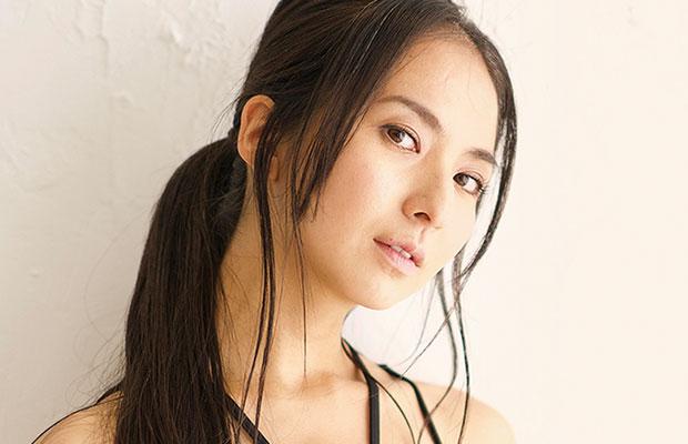 芥川 舞子  ヨガインストラクター  14歳でファッションモデルとしてデビュー。ヨガ歴13年。一児の母。  某人気雑誌の専属モデルを務めたのち、ヨガインストラクターへと転身。大手ヨガスタジオにて長年トップインストラクターとして活躍する傍ら若手インストラクターの指導育成に携わる。雑誌やTVCMなどメディアに多数出演するほか、毎年行われる大型ヨガイベントやセミナーにて、メイン講師として数多くのステージで登壇。大勢の参加者を牽引し会場の一体感を生み出すヨガレッスンから、1人1人に合わせたパーソナルなカウンセリングセッションまでと幅広く対応する指導実績を持つ。   https://www.maiko-akutagawa.com/  (official Site)