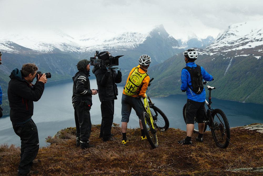 Ole Kristian Silseth poserer for en terrengsykkelreklame på Prestaksla i Nesset