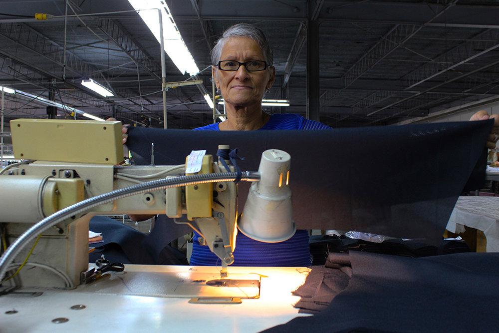 Sary Marín, 68 años, lleva 40 como costurera. Más de la mitad de su vida. (Víctor Rodríguez-Velázquez / ONCE)