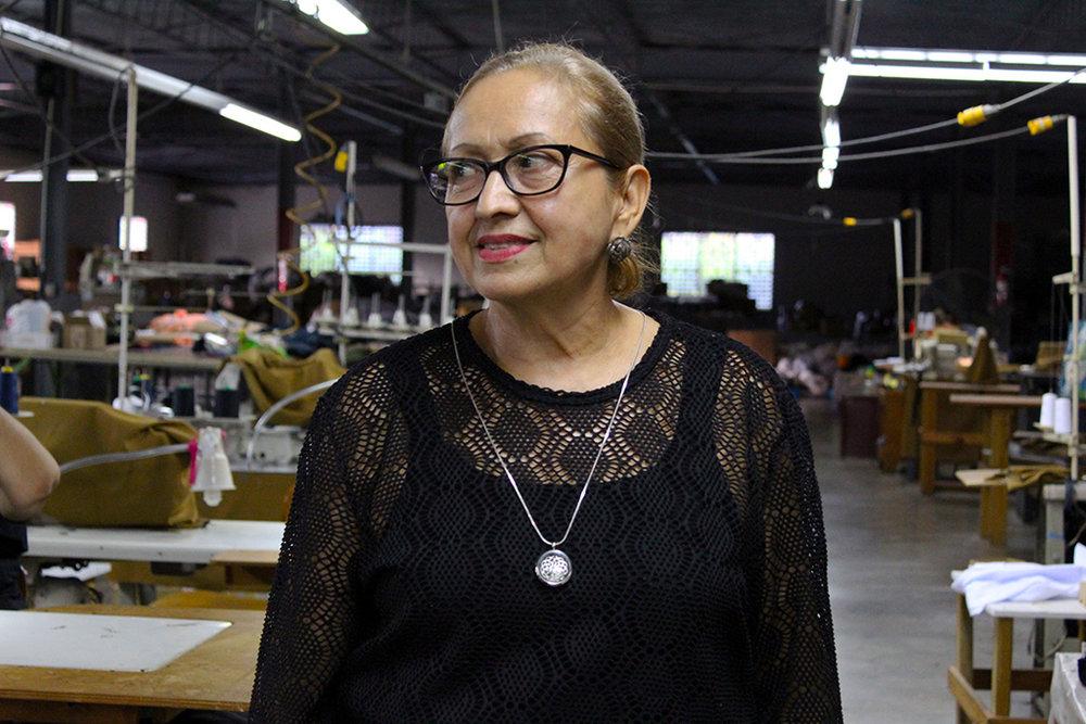 Adela Cortez trabajó 24 años en Ranger Manufacturing y ahora es la supervisora de las operarias en la cooperativa de costura utuadeña. (Víctor Rodríguez-Velázquez / ONCE)