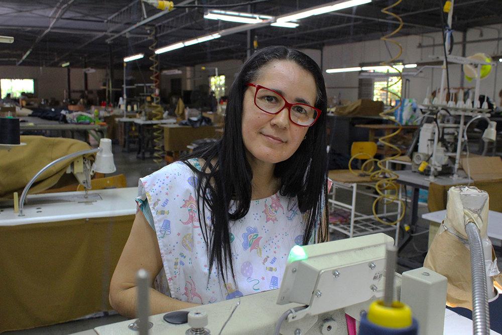 Judith González, de 46 años. Lleva 28 trabajando en la industria de la aguja. (Víctor Rodríguez-Velázquez / ONCE)