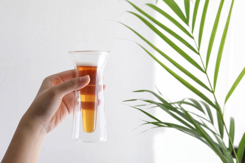 透明的杯子承装气泡饮,让饮用的人感受气体的流动。