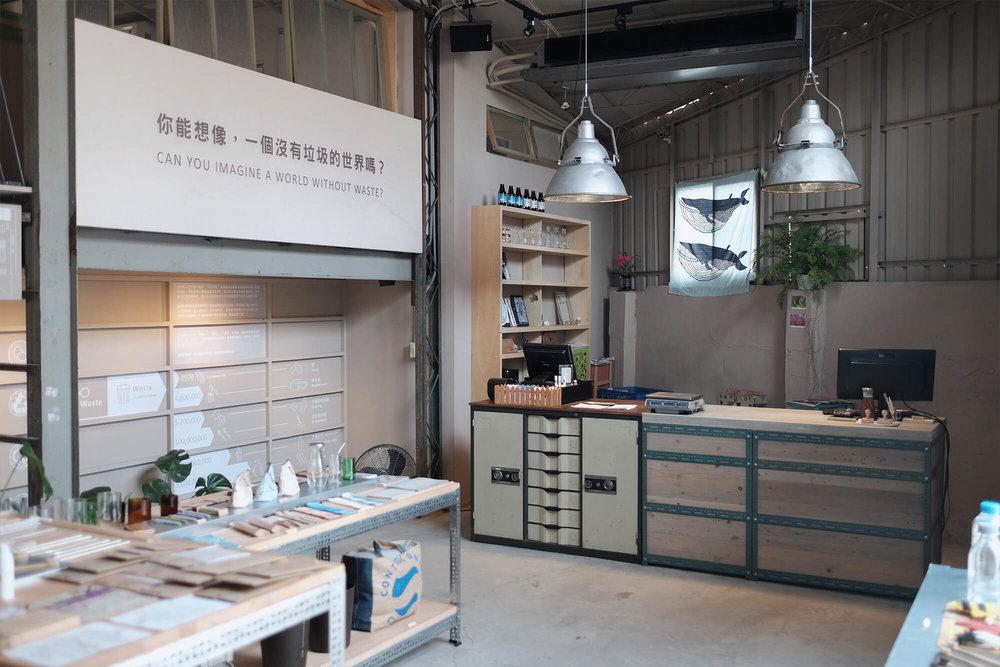 家务室一楼柜台以及商品市集。