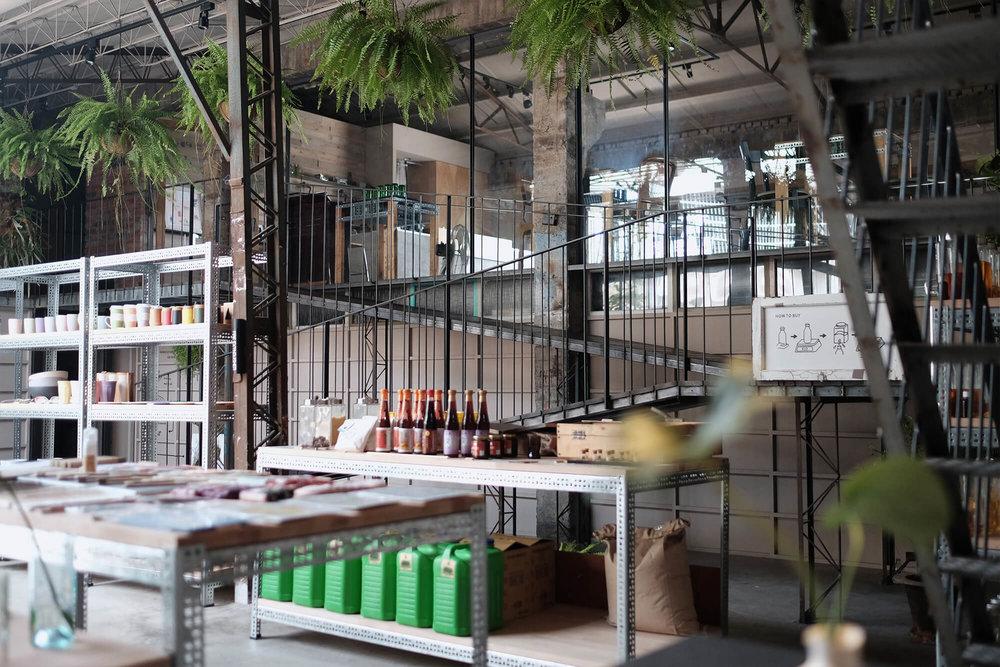一楼为友善环境商品市集,精选贩售国内外品牌。