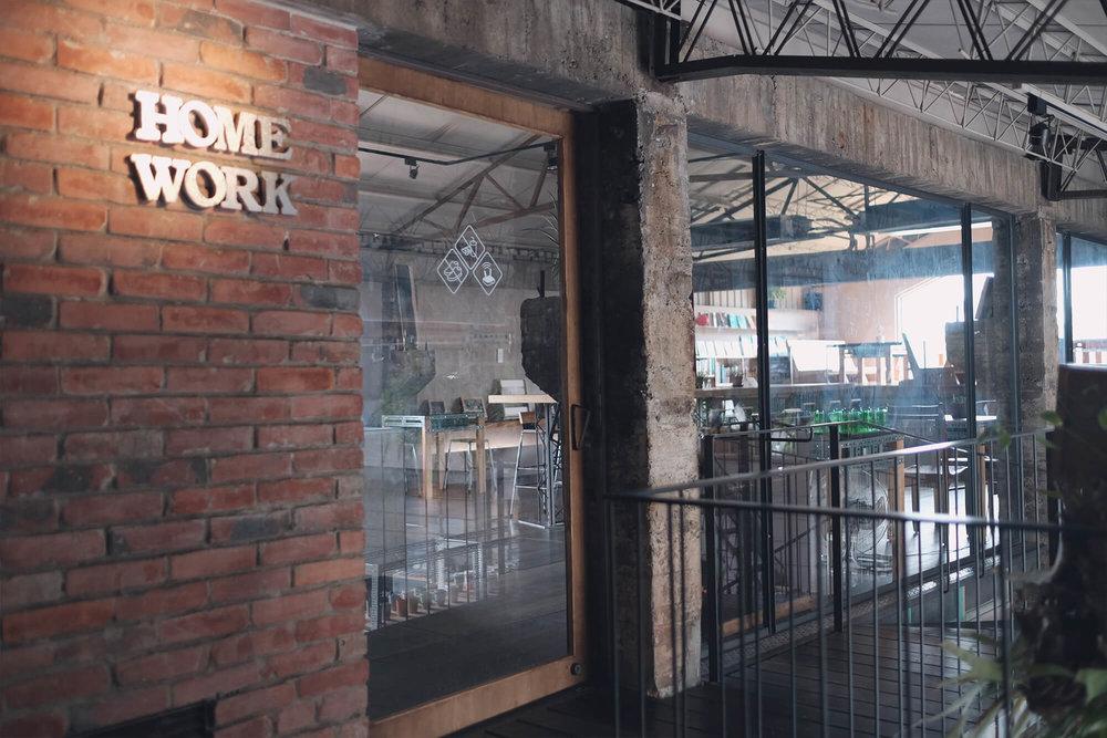 二楼「Home Work」招牌为回收利用的墙砖。