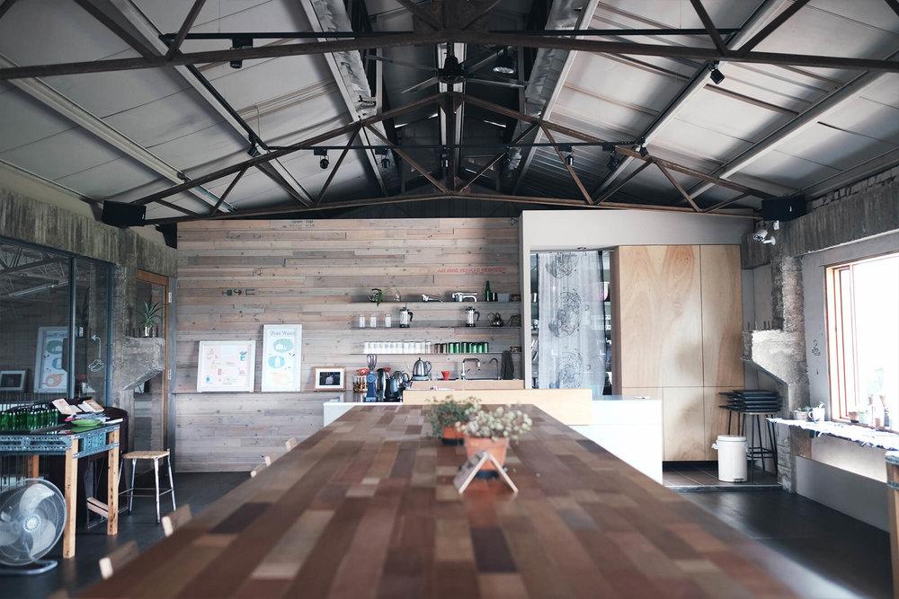 二楼空间多方使用回收的木栈板打造。
