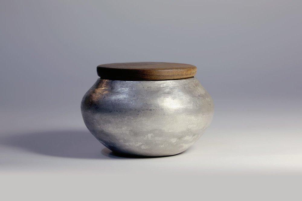 「恆沙」(茶仓):器皿表面特别做磨砂的效果,搭配圆满滑顺的线条,在简约之中仍保有温雅的手感和温度。
