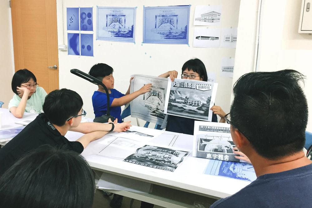 从旧建筑图资料中找出适合的图像和标语,来搭配所选的建物特徵。