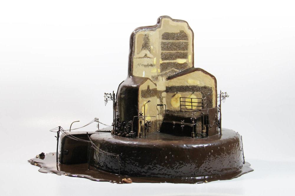 《无名小路》蛋糕版是被切开来的巧克力蛋糕。