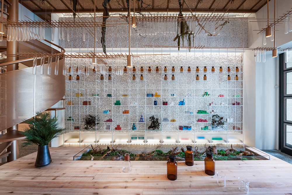 用玻璃勾勒的置物柜,让药品像是悬浮在空间一样。