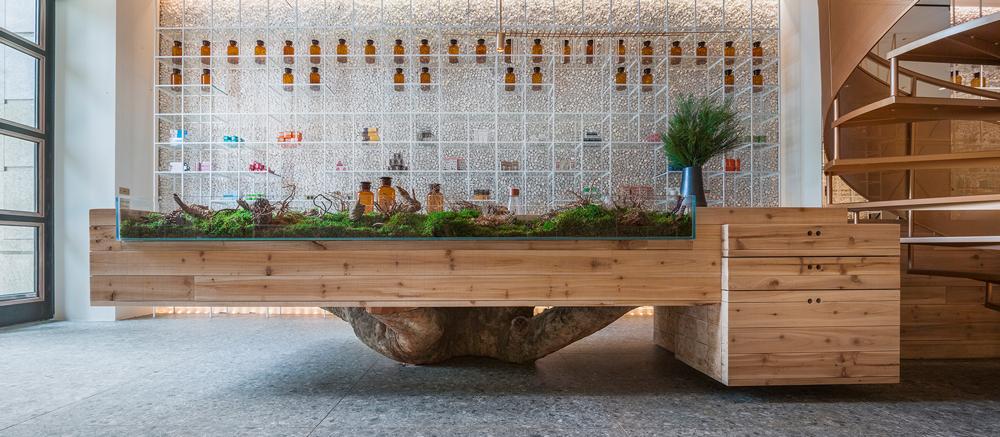 水相设计将冰冷的药局,转换成温暖的互动式空间。