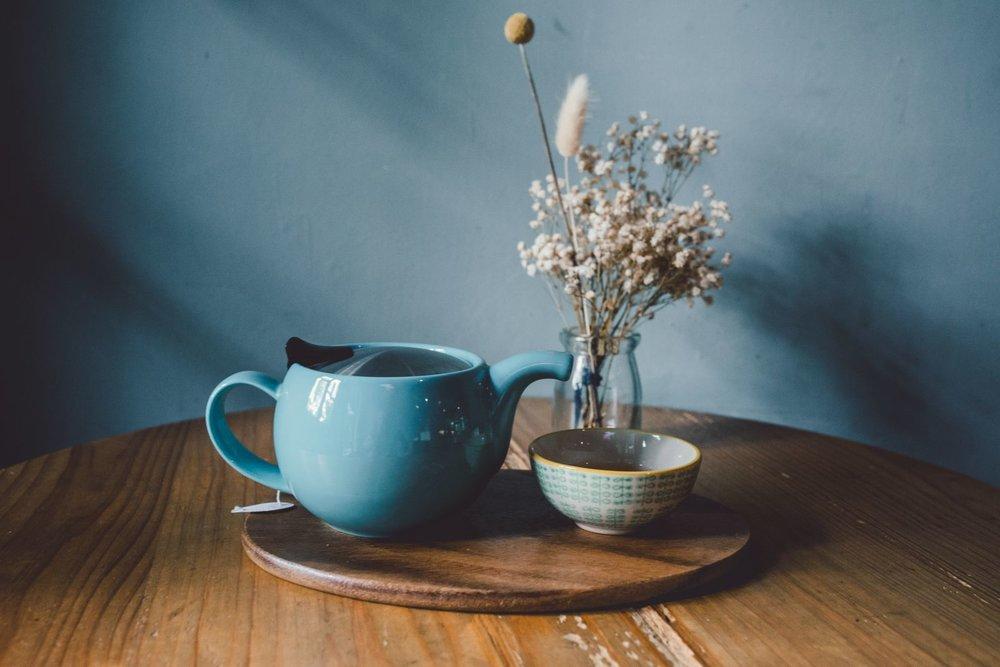 南投古玉乌龙茶,喝起来非常顺口,又被称为「茶中威士忌」。选用的乌龙茶叶来自于40年的老茶树,耐泡之外,更含有丰富的微量元素,口感上更为沈稳。