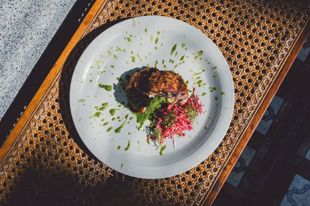 现代蚵嗲,这道菜取了台湾炸蚵嗲的概念,肉的主体用花枝浆加猪肉再伴上甜菜根汁,切开后会呈现鲜粉红色,里面再包新鲜东石鲜蚵以及紫苏叶。酱汁则是使用韭菜韭菜花一起做成的酱汁,韭菜花,脆口带一点点辛辣,可以刺激味蕾让这道菜更耐人寻味,并加入炒洋葱增加甜味,最后拌一点新鲜蛤汁,使之与炸蚵的鲜味作连结,并增加口腔的丰富度。