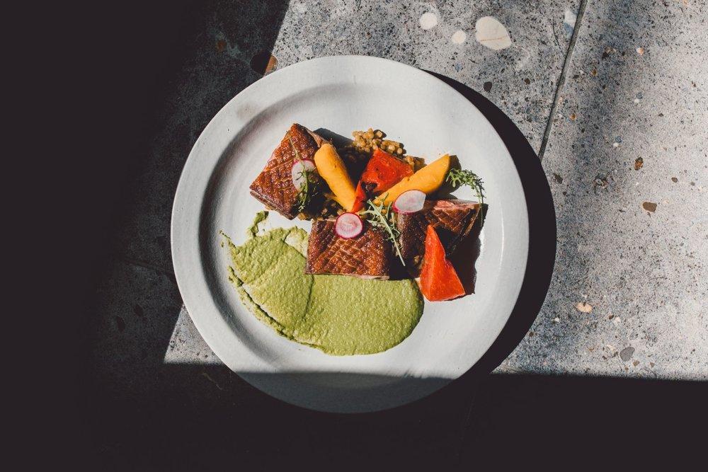 好野鸭胸,开店以来从不缺席的鸭胸,这次搭配葱酱及葱油风味珍珠面,还有神奇的碳烤西瓜及芒果。选用宜兰豪野鸭。