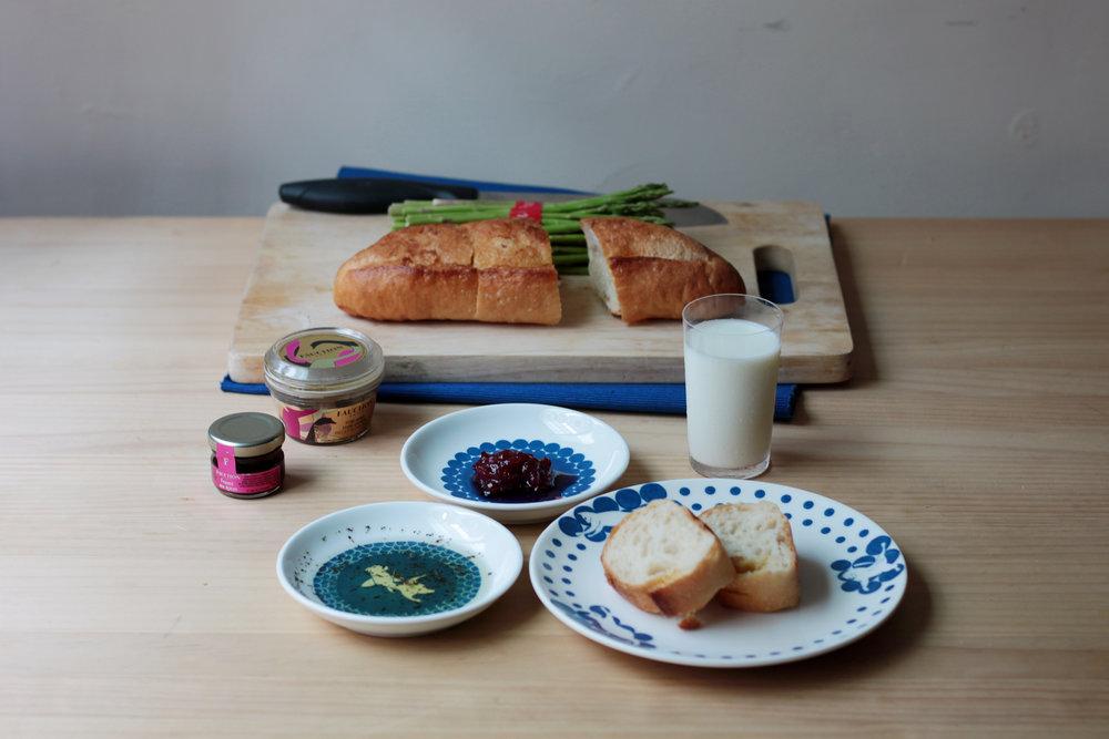 「白纹瓷绘」系列有各式功能尺寸餐盘,以讨喜的动物衬托食物。