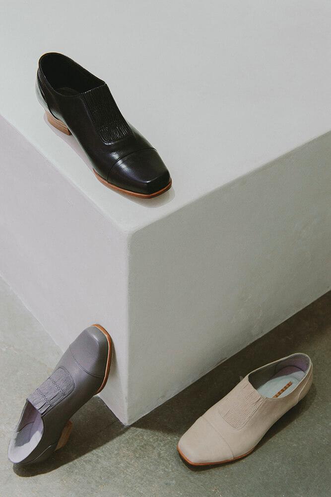 经典款是品牌第一个发表的系列,名字就取作「新生」。鞋面的皮料削薄作为覆材,每一双的皱褶纹理都有独特表现。