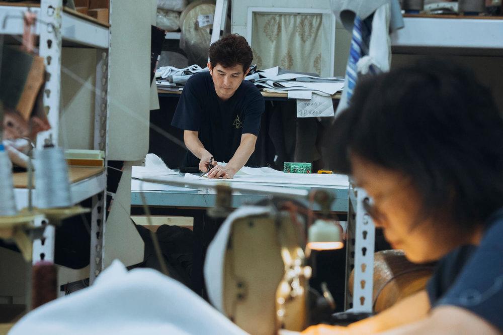 打版师贤哥,不只精通打版,从针车到骨架的设计和调整,身为厂长的他,每处制作方法都需熟悉。