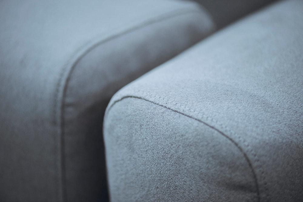 方圆的扶手灵感来自鹅卵石,最终成品在理想形体和技术可行性中取得平衡。