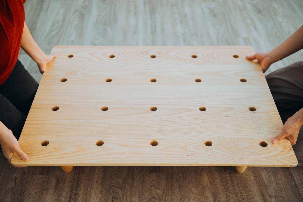 实木底版上均匀排列的插销孔洞。